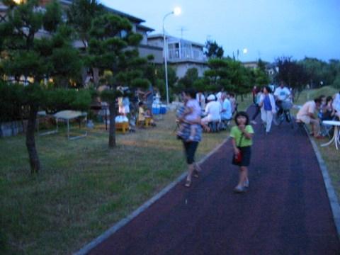 手賀沼花火大会の日の手賀沼の遊歩道