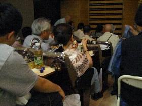 綾小路きみまろ見たさの人々で混雑する鈴本演芸場