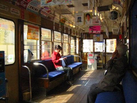 伊予鉄道の松山市内の路面電車の車内