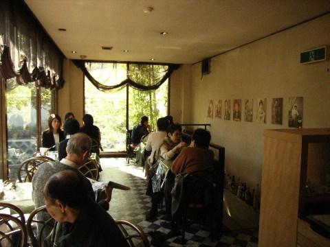 併設された喫茶店「港や」の二階