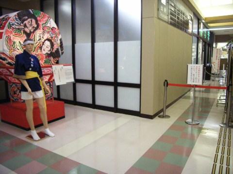 青森空港の搭乗口のマネキンのねぶた祭人形