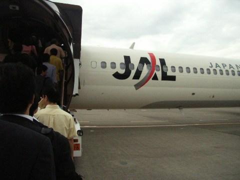 搭乗はタラップで地上から青森行きのMD-90