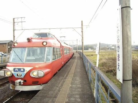 富岡前駅に到着した内海行きの名鉄パノラマカーの各駅停車