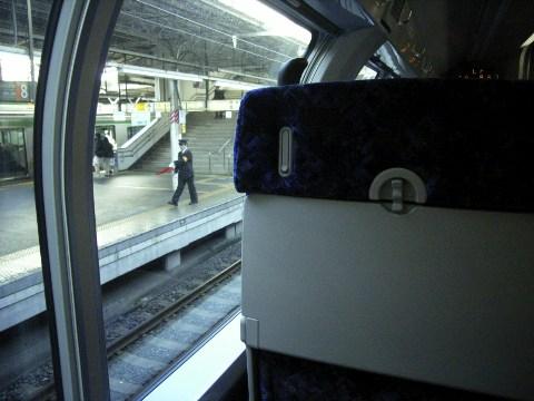 上野駅に停車する常磐線のグリーン車(車内より)