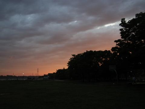 雷雨が去った後の手賀沼公園の夕焼け
