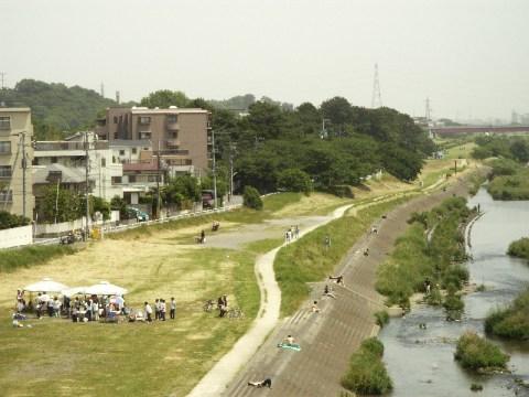 二子玉川駅のホームから多摩川を見下ろす