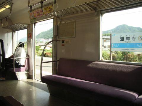 予讃線海岸寺駅に停車