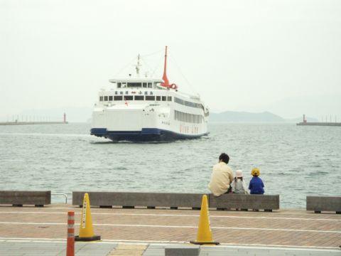 高松港に入る小豆島へのフェリー