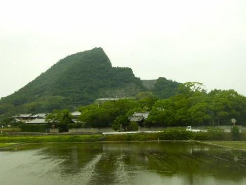 一部がごっそり上から抜かれた様な山(高瀬-比地大)