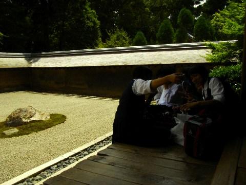 龍安寺の石庭と中学の修学旅行生
