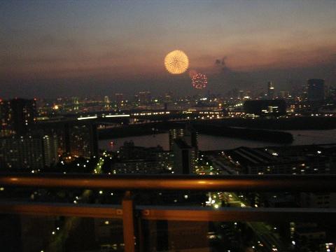 東雲(東京都江東区)のマンションから見る東京湾の花火