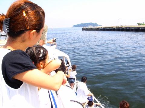 横須賀の三笠公園から猿島を通って観音崎の横須賀美術館に行く船