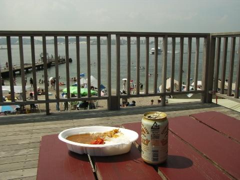 猿島の海水浴場と横須賀の町