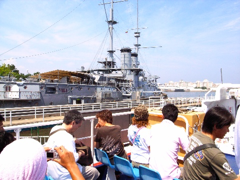 横須賀の三笠公園から猿島を通って観音崎の横須賀美術館に行く船から見る三笠公園に保存された戦艦三笠
