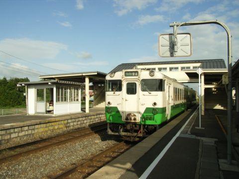 前谷地駅で気仙沼線の列車を待つ石巻線キハ40系48