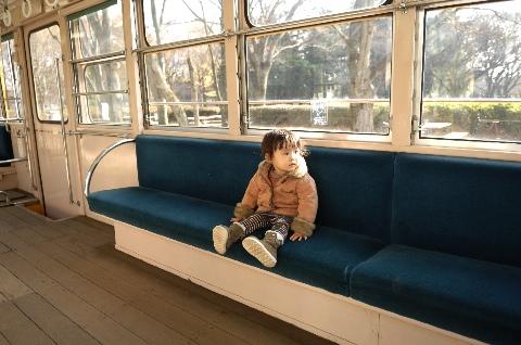 「江戸東京たてもの園」のチンチン電車内で