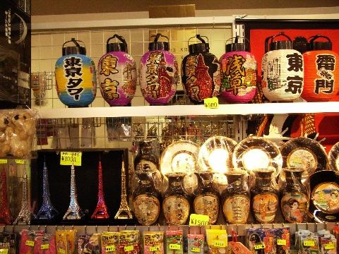 東京タワーのみやげ物屋にあった提灯や金の模型
