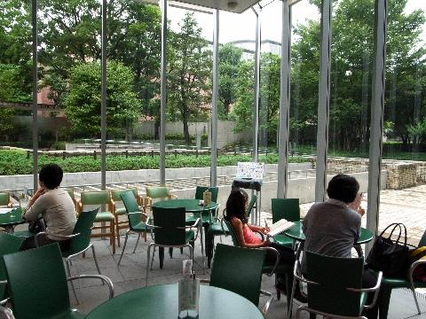 国際子ども図書館のカフェテラスで絵本を読む子ども