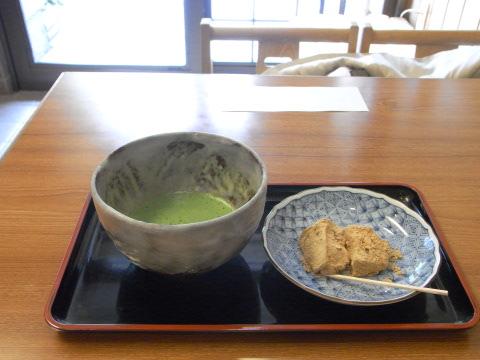 金閣寺の門前で食べたニッキの香りのするわらび餅
