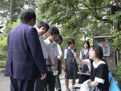 金閣寺のチェックポイントでの修学旅行の引率の先生