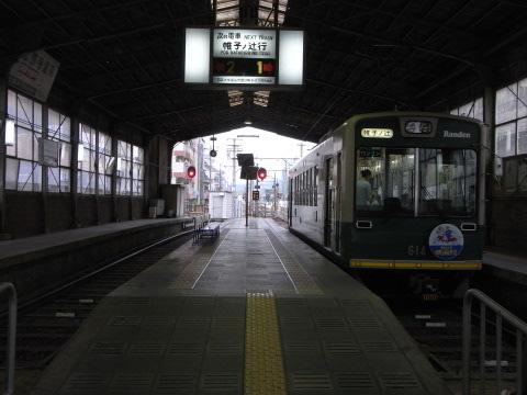 北野白梅町駅で発車を待つ嵐電