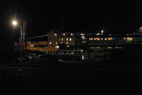 早朝奄美大島名瀬港を出発する沖縄行きのフェリー