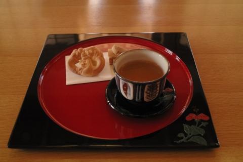 首里城内でさんぴん茶とお菓子を頂く