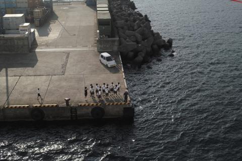 合同合宿に来ていた鹿児島の女子高のバレー部を港で見送る徳之島の女子高生