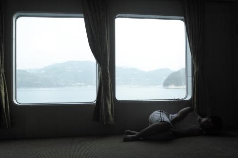 フェリー船内から瀬戸内海を望む