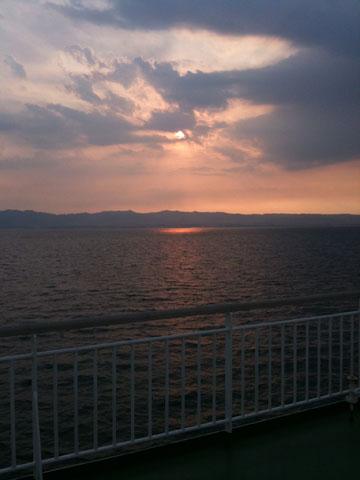 奄美大島へ向かうフェリーから錦江湾の夕陽