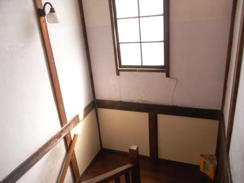 井荻会館(西荻窪)の階段にあった三角バケツ
