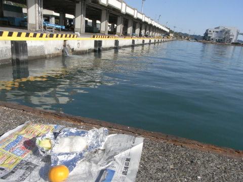 鴨川漁港で朝食