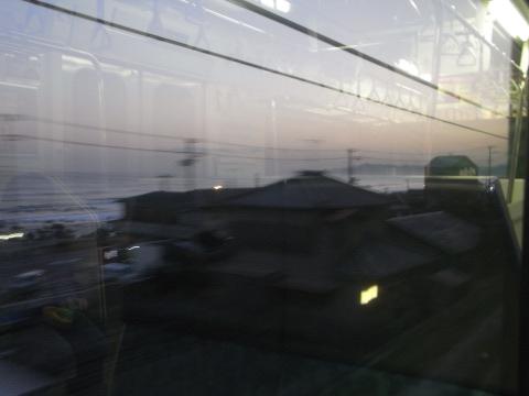 内房線の車内から眺める夕方の東京湾