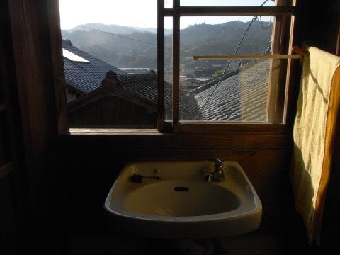 宿の窓から朝の奈半利を見る