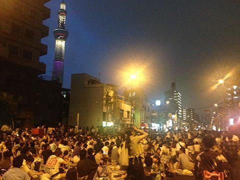隅田川花火大会で人で埋め尽くされた水戸街道(国道六号線)とスカイツリー