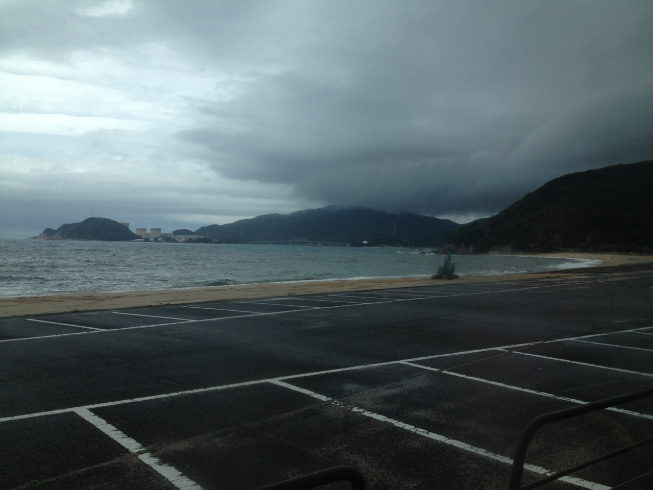 敦賀半島を走るバスから見る美浜原発