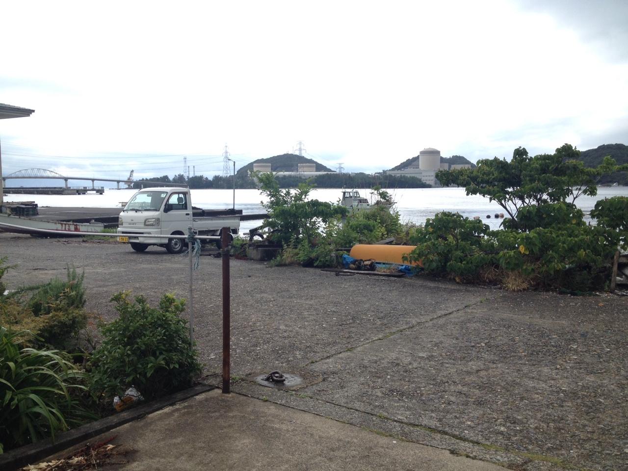 敦賀半島の丹生の港から見る美浜原発1,2,3号機