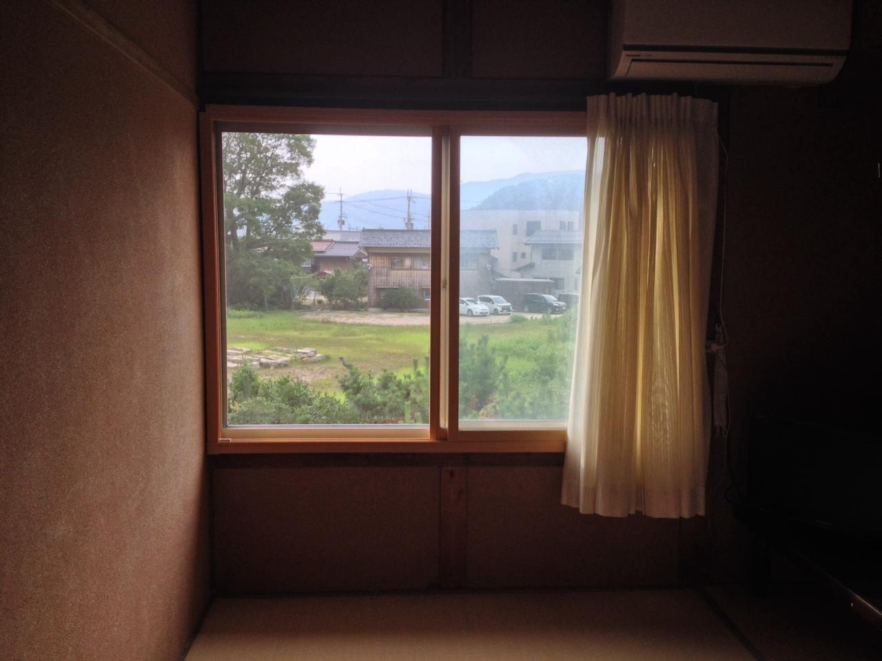 竹波の民宿の窓から