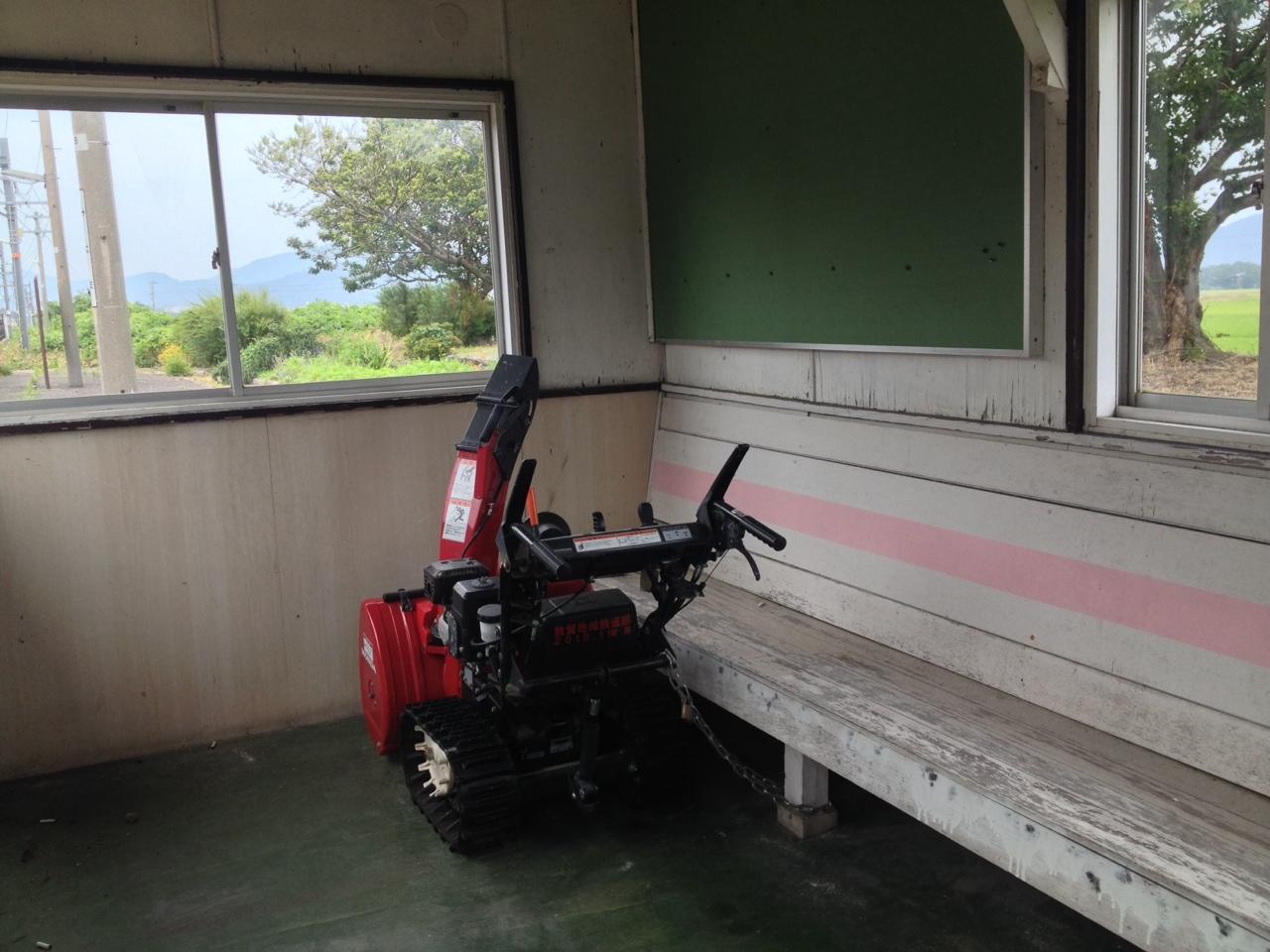 美浜駅ホーム待合室の除雪機