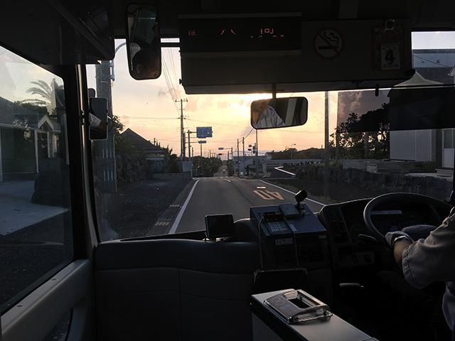 """""""八丈町コミュニティバスの中から夕暮れの八丈島"""""""
